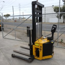 Used Sumi MDS 1.3-3.3 Electric Straddle Stacker